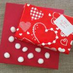 Cœur et pompon: idée d'emballage cadeau romantique pour la St Valentin