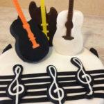 Surprise: un gâteau d'anniversaire guitare