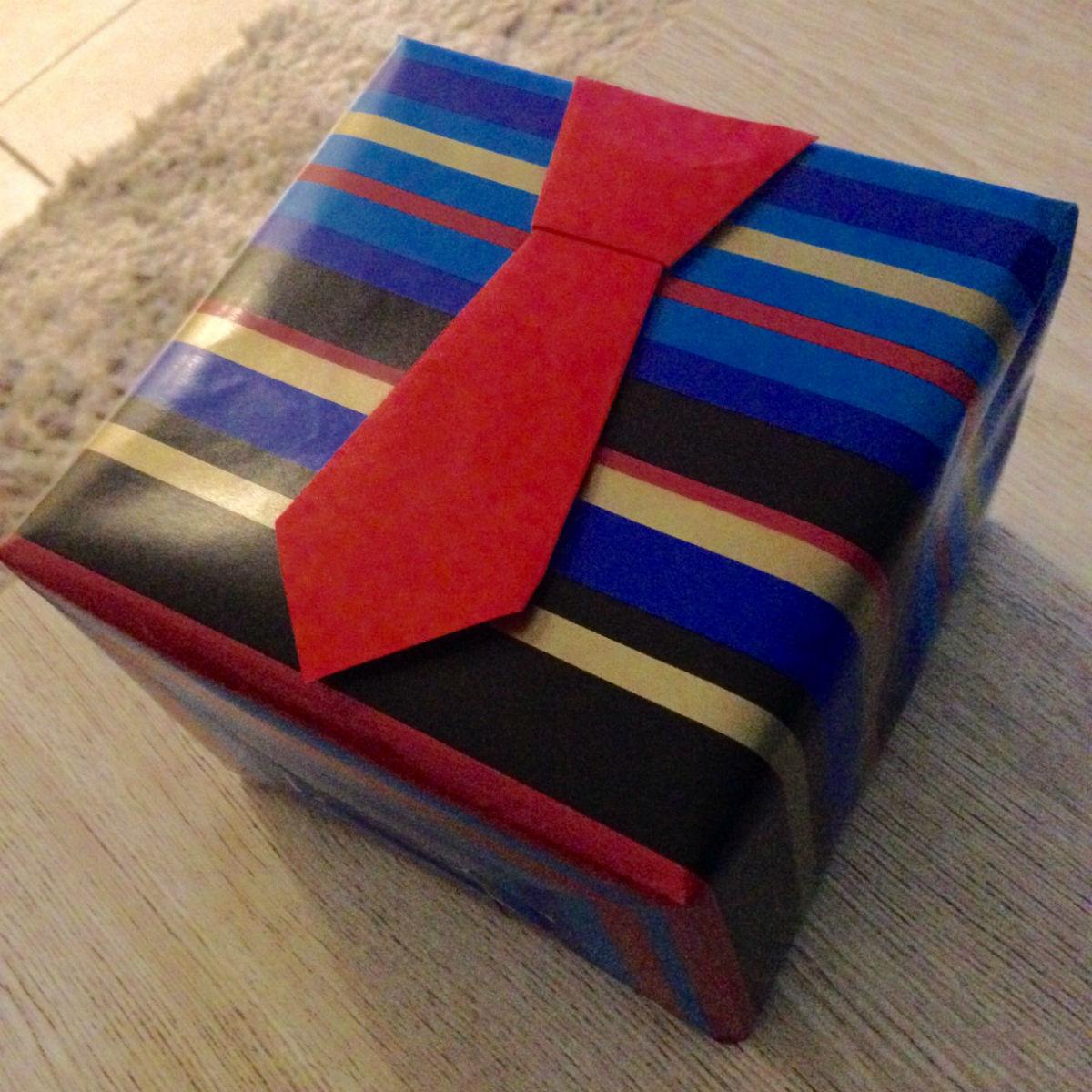 homme emballage cadeau cravate